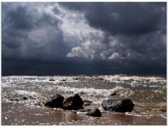 Когда волны большие - никто в воду не полезет, но и меньшие представляют не меньшую опасность