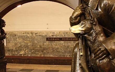 Пограничник. Статуя на станции «Площадь революции» Московского метрополитена