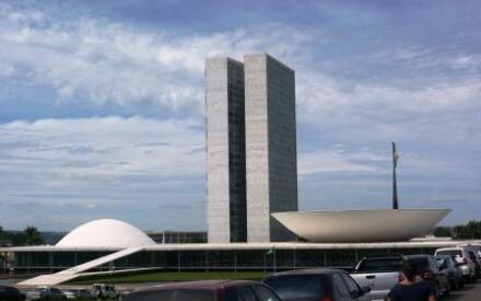 Залы заседаний парламента имеют форму чаши: над сенатом она обращена в небо, а над палатой депутатов – к земле