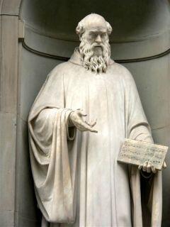 Статуя Гвидо Аретинского во Флоренции неподалеку от галереи Уффици