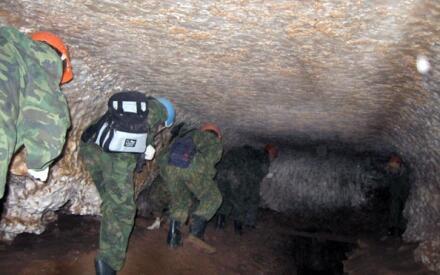 В некоторых тоннелях пещеры приходится идти согнувшись