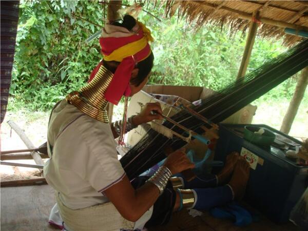 Изготовление национальной одежды - ежедневное занятие женщин племени