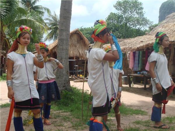 Женщины-падаунги в национальных костюмах