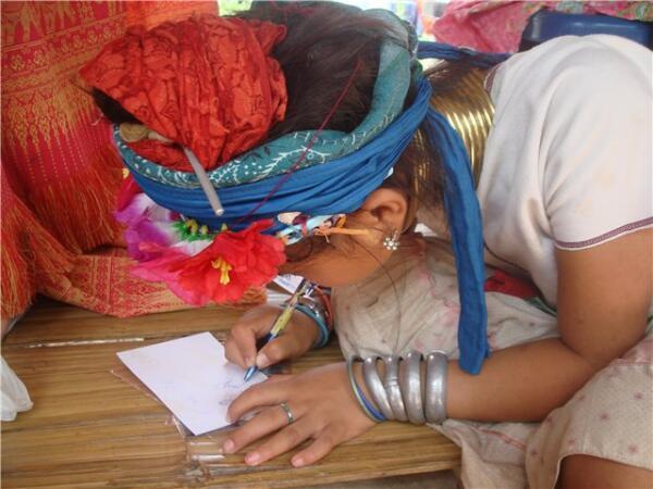 Дети племени не говорят по-английски, зато хорошо рисуют