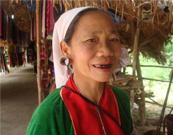 Представительница племени красных каренов