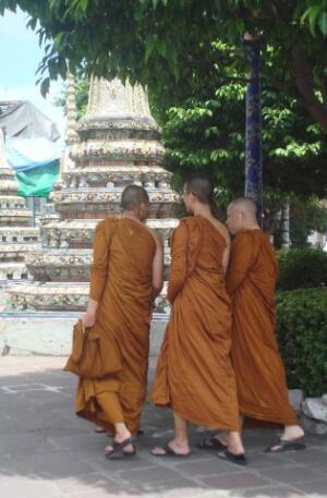 По традиции буддисты носят длинные оранжевые платья