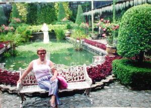 В оранжерее около бассейна