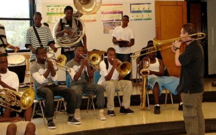 Репетиция школьного оркестра в средней школе.Фото Д. Доув.