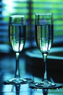 любовь..двухзначные взгляды...шампанского хмель...
