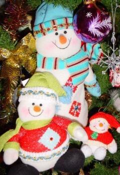 Мило улыбающиеся игрушечные снеговички всегда пользовались особенной популярностью у детей
