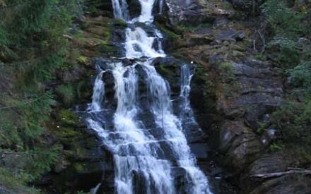 Летом водопад разбивается на несколько потоков