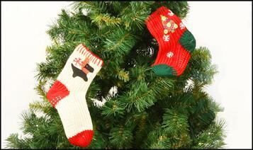 Сделайте яркую рождественскую вышивку на носках, и из предмета необходимости они превратятся в нарядный подарок
