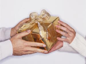 Что вам приятнее: получать подарки или дарить?
