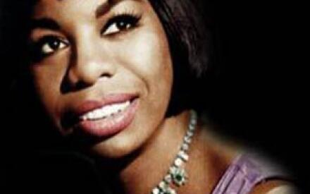Девушка начинала музыкальную карьеру в баре, где и придуиала себе псевдоним - Нина Симон