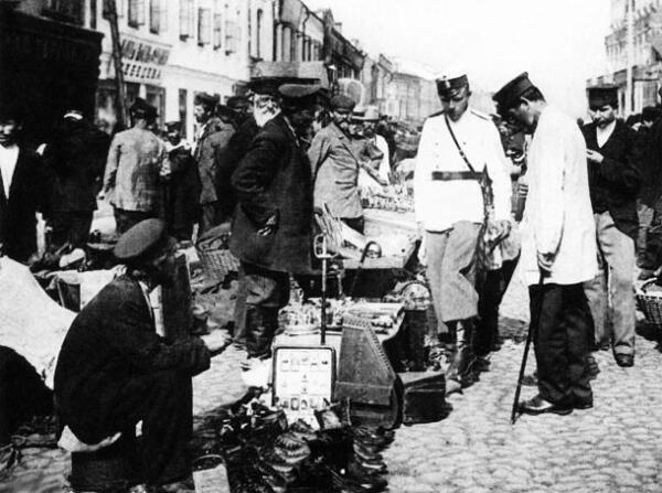 На Сухаревском рынке. Полицейские в одном из торговых рядов