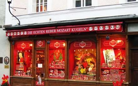 В Зальцбурге имя Моцарта можно увидеть на каждом шагу