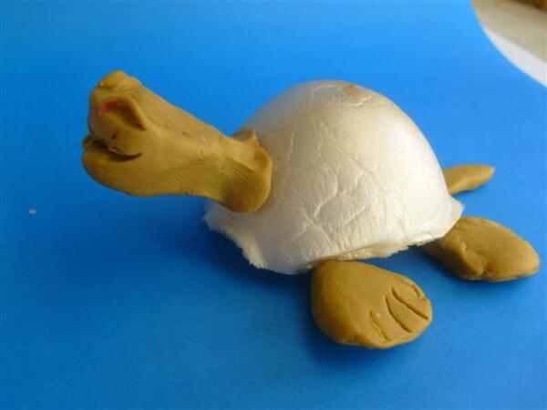 Черепаха из упаковки для яиц и пластилина