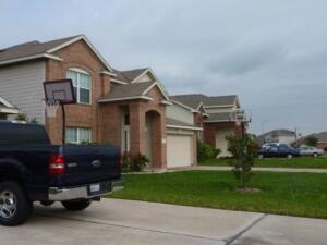 Баскетбольные столбы с корзинкой на нашей улице стоят почти у каждого второго дома. (Фото: Гертруда Рыбакова, Личный архив)