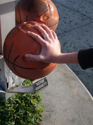 Отпечаток руки знаменитого баскетболиста NBA в сравнении с рукой внука. Орландо, 2008г. (Фото: Гертруда Рыбакова, личный архив)