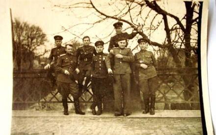 Папа (спарва вверху). Закарпатье, 1945 год.