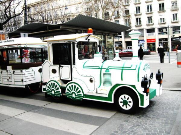 Туристы могут прокатиться по Вене на своеобразном паровозике