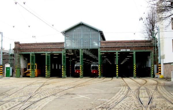 Трамвайное депо. Слева желтый туристический трамвай