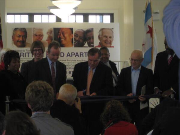 Мэр города открывает торжественное новоселье