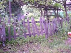 Деревянный забор - почти всегда дешево, но не всегда сердито