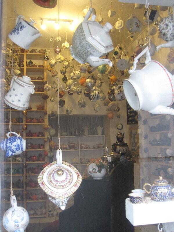 Витрина чайного магазина во Фленсбурге со множеством чайников.