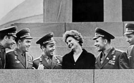 Советские космонавты (слева направо) Павел Попович, Андриян Николаев, Герман Титов, Валентина Терешкова, Юрий Гагарин, Валерий Быковский