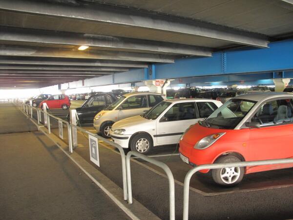 Ряд для электромобилей на парковке