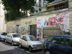 Граффити в честь Генсбура на стенах его дома в Париже