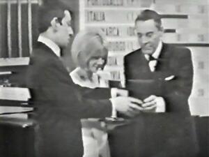 Генсбур получает награду на конкурсе Евровидения, 1965 год
