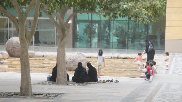 В общественных местах дети одеты обычно, а их матерям нужно соблюдать правила шариата