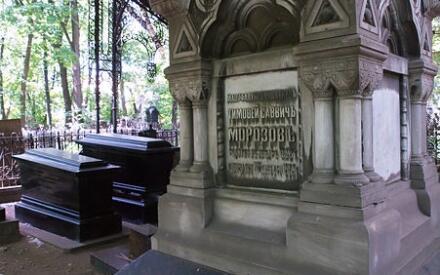 Cемейное захоронение купцов Морозовых защищено ажурным железным навесом. Под крупнейшим надгробием лежат Тимофей Саввич (1823-1889) и Мария Фёдоровна Морозовы. Последнее по времени захоронение Морозовых на этом участке - 2005 года