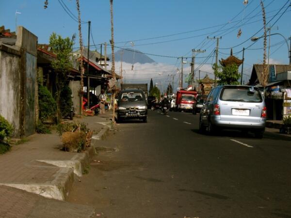 Бедная деревня Кинтамани на вулкане Батур