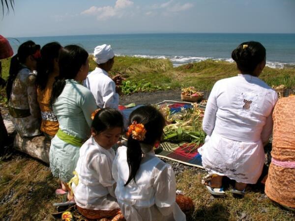 Семейная церемония на берегу Индийского океана