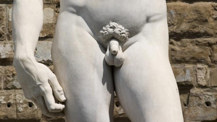 Знаете, где находится центр композиции статуи Давида?