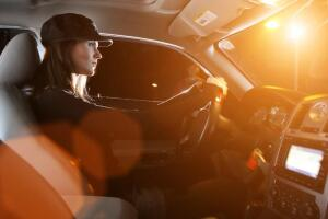 Автомобильное стекло: менять или ремонтировать?