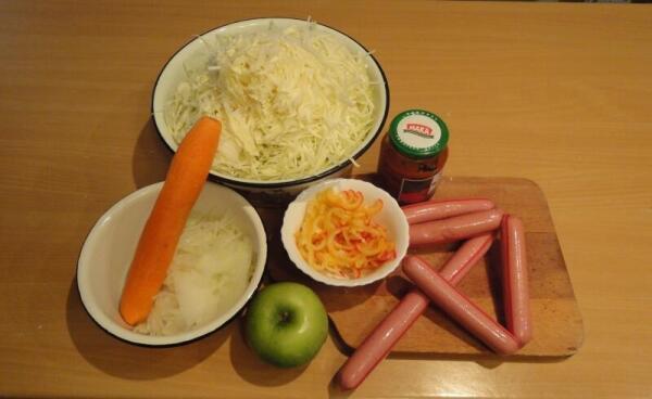 Первым делом шинкуем капусту, лук и болгарский перчик