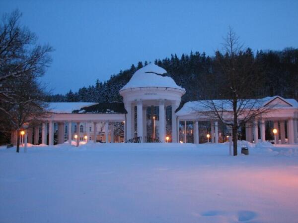 Летняя колоннада зимним вечером