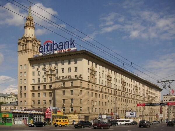 Дом, созданный по проекту И.В.Жолтовского, в котором находится вход в метро «Смоленская». Подземный переход рядом
