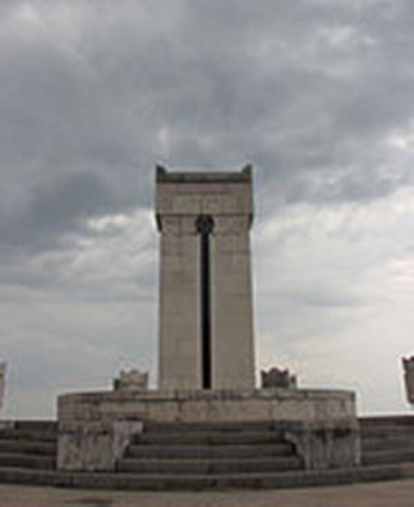 Могила Героя-Команданте в Vittoriale degli italiani (вилла-музей Г. д`Аннунцио.)
