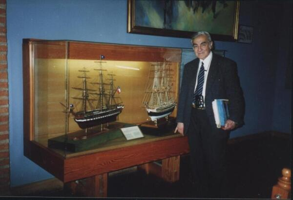Слева - модель фрегата «Патрикий» в музее Вальпараисо, справа - автор модели