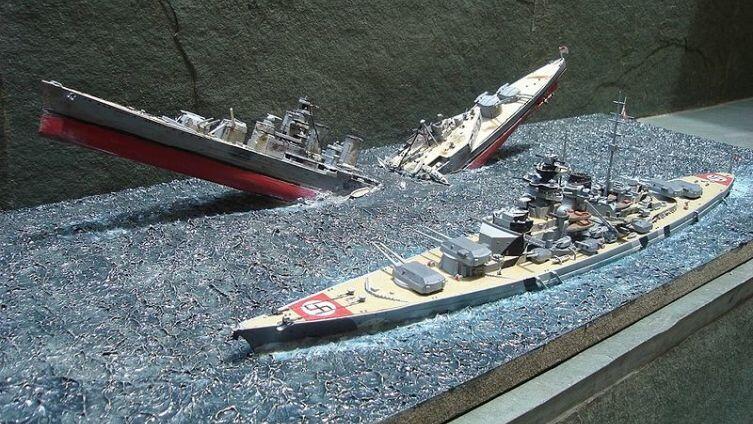Гибель «Худа» (дистанция между кораблями не в масштабе)