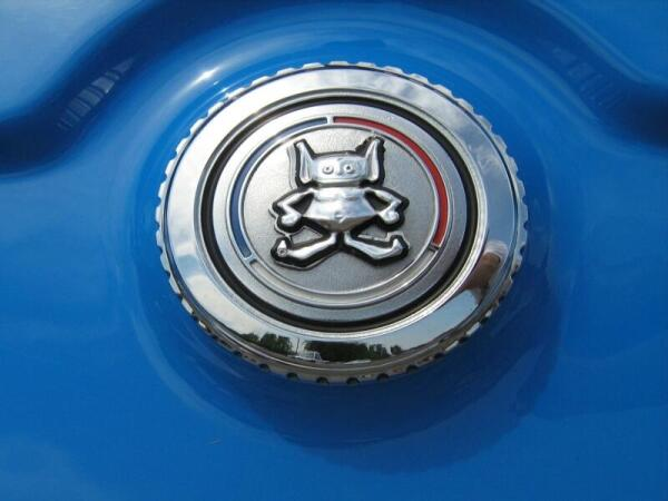Фигурка гремлина на бензобаке автомобиля